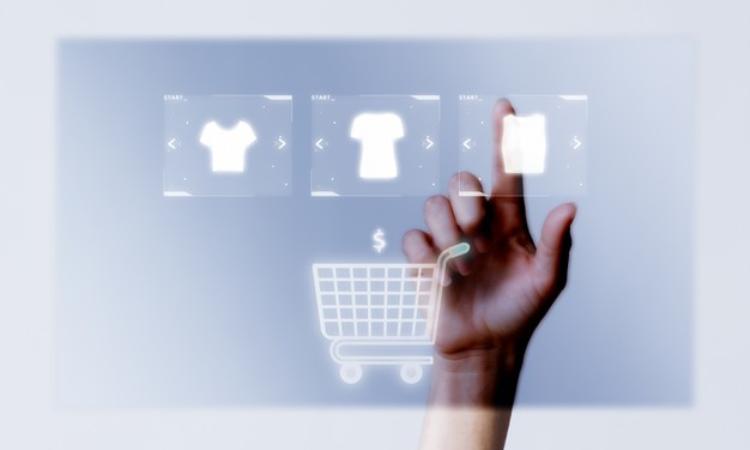 Consumidor escolhendo produto através de imagem para E-commerce